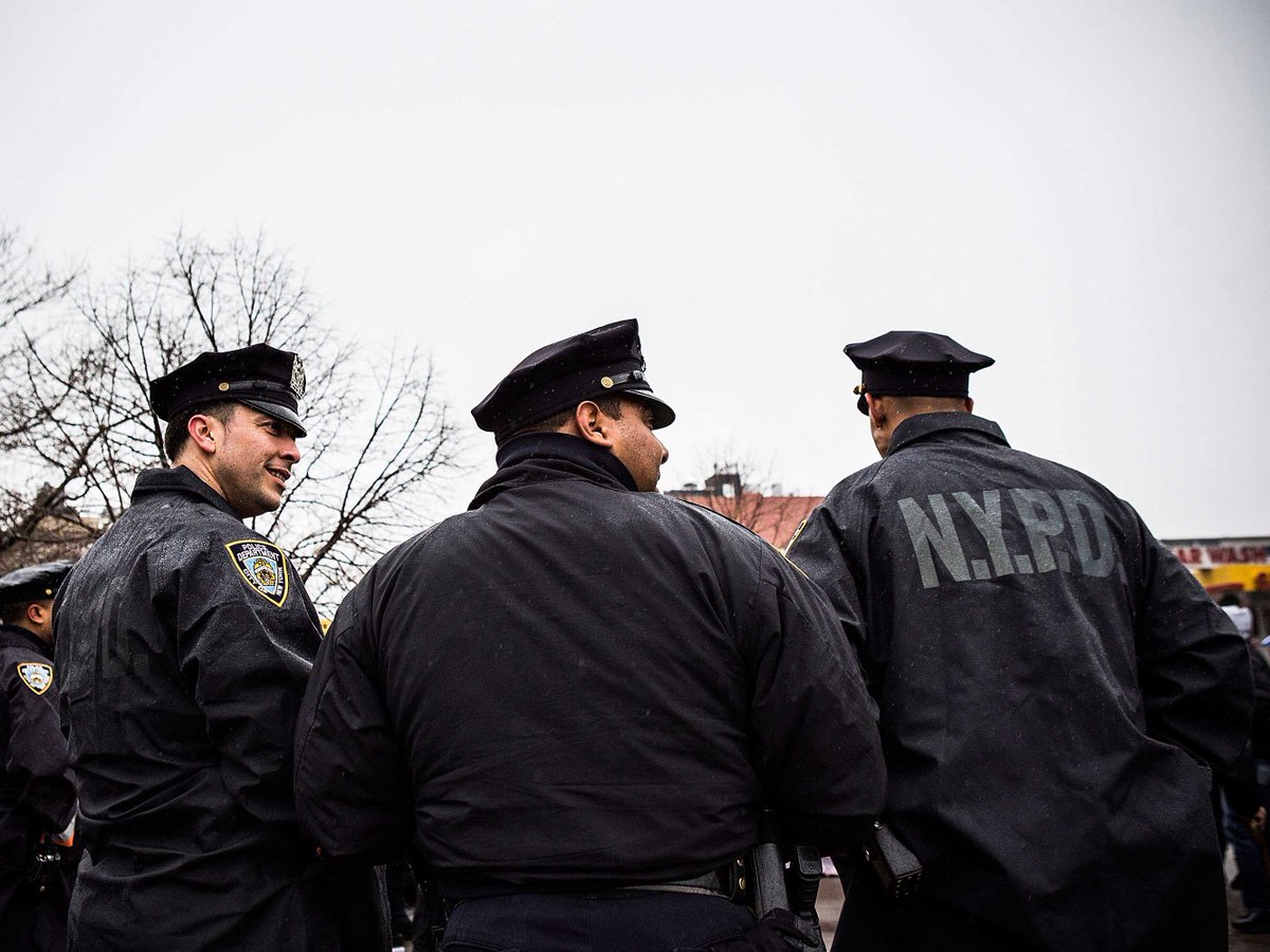 New York police officer shot, rushed to hospital in Queens http://t.co/6dW7HvTqu8 http://t.co/wgS2rub6cM