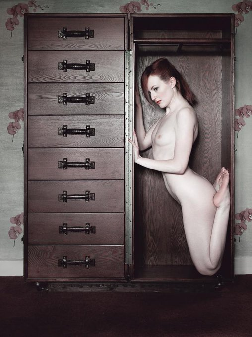 Porta-model! Me #naked in a trunk by @TimPilePhoto :)  #redhead #artnude #nudephotography #artnudephotography