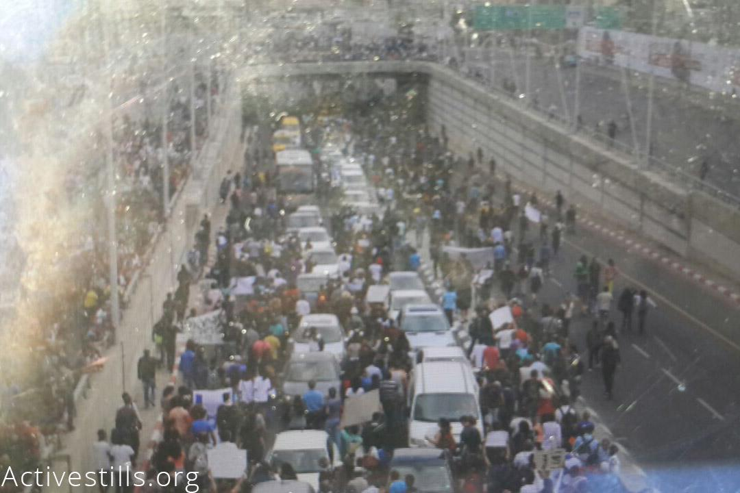 Ethiopian Jews block highways in Israel as part of mass movement against racism and police brutality v/ @activestills http://t.co/vXPZhkcbqp
