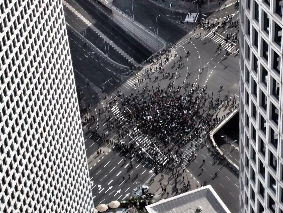Stunning image of #TelAviv protest from Azrieli towers. Image: Avi Sabazro. http://t.co/SUH34ddT9n