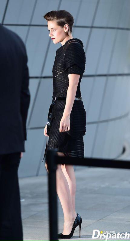 WOWWW Kristen Stewart attend #ChanelCruiseSeoul in Chanel & Louboutin http://t.co/2PwLbTgUH4