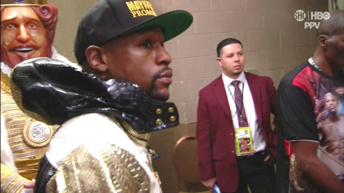 "Burger King paid $1M to have ""The Burger King"" walk Mayweather to the ring http://t.co/OHpeFoMIhL http://t.co/sQ6avAzUVp"