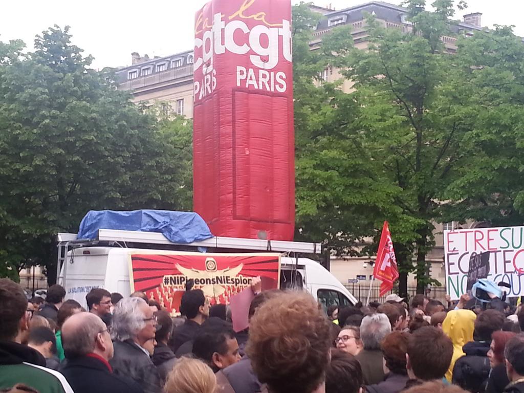 #NiPigeonsNiEspions et la Cgt ensemble symbolisent et incarnent l'union sacrée contre la #PJLRenseignement @nitot http://t.co/tzSwzNNQsR
