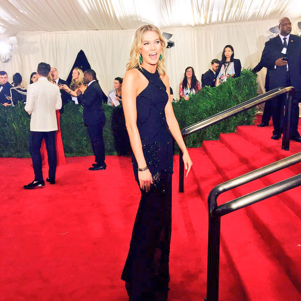 Karlie Kloss in Versace. We dig it. #MetGala http://t.co/DlrtIBArtr