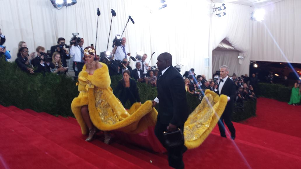 Three ppl plus @rihanna required to carry her Guo Pei dress #MetGala