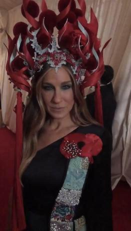 I don't know what Sarah Jessica Parker is here, but I do know that she isn't Chinese. So stop that. #MetGala http://t.co/A9dCnxBbeP