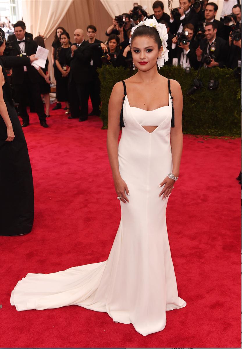 #Selena! @verawanggang ivory silk crepe v-neck bra top gown #selenagomez #metball #metgala http://t.co/zzK5UrEmlE