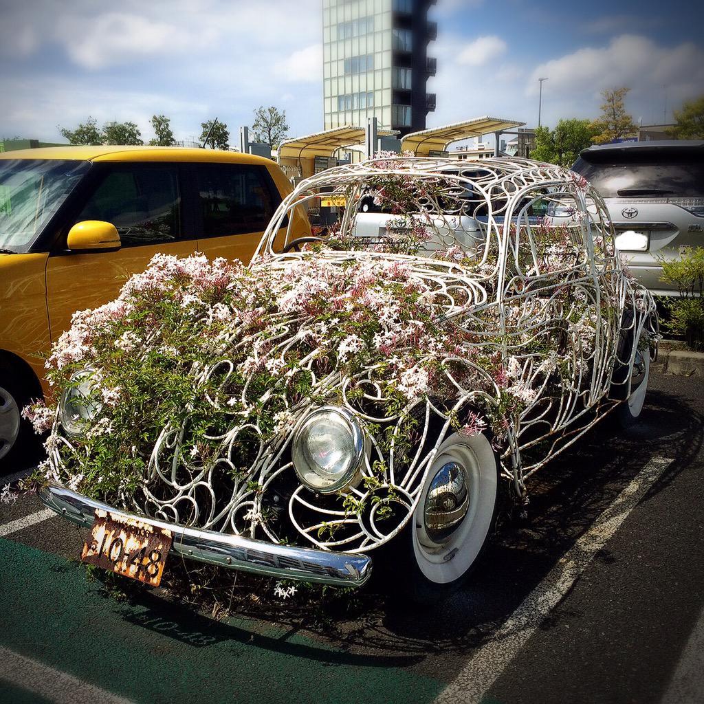 不思議な車が駐車場に止まってる。 http://t.co/Kl6KFJY3sA