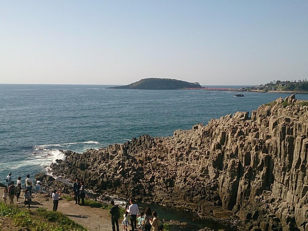 東尋坊なう。崖もすごいが観光客の数もすごいです http://t.co/eMLXm1o1cJ