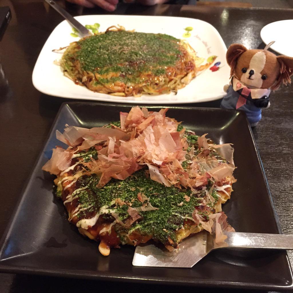 ランチにお好み焼き屋さんへ行ったワン!豚玉(手前)と広島焼き(奥)。どっちも美味しかったワン!Okonomiyaki, Japanese savory pancakes. #japanesefood http://t.co/v5IYR77dTT