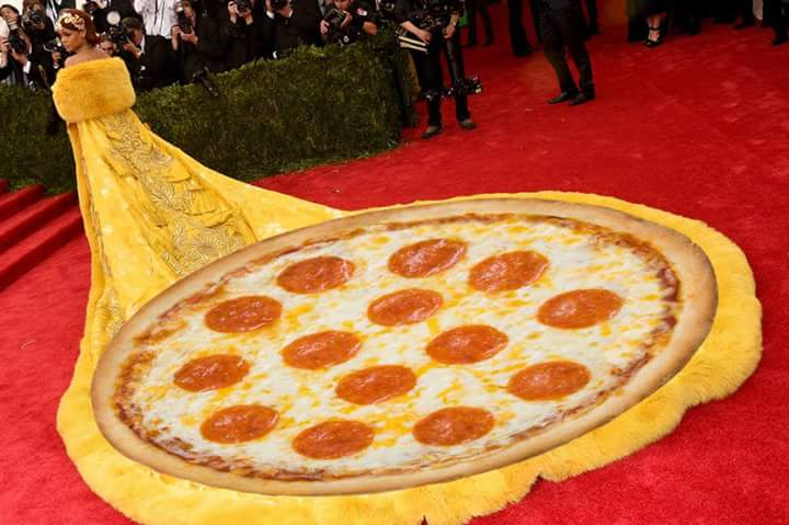 Pizza, anyone? #Rihanna #MetBall2015 http://t.co/NIivT9MKh5