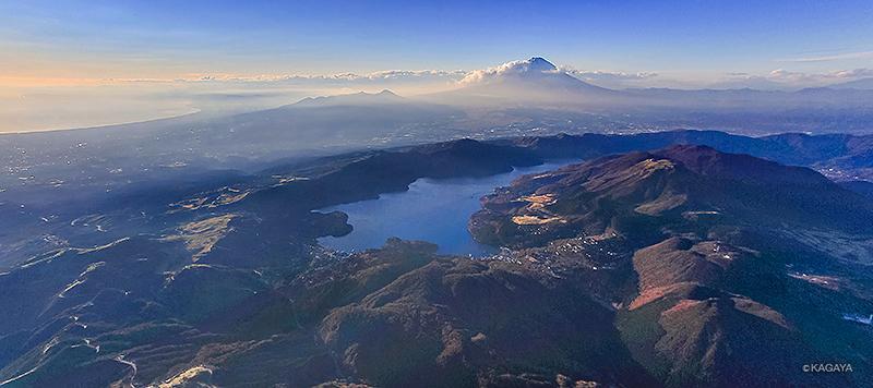 箱根火山群(右手前)と富士山(奥)。中央の湖が芦ノ湖、大涌谷は右端、左上が駿河湾。(2013年11月に空撮) pic.twitter.com/hKs6EQBdjA