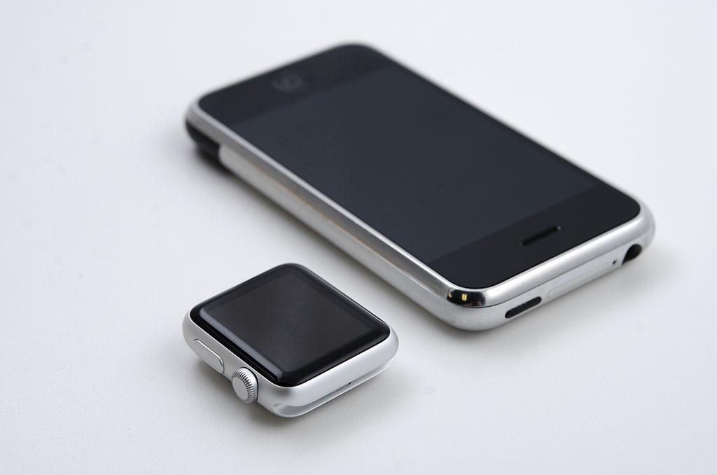 Apple Watch vs the first iPhone http://t.co/jytc98y9ci