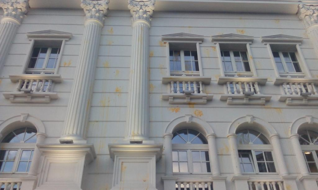 Ружна ви е владата. Наша е фасадата. Вака е поубава! #протестирам http://t.co/JCcjk4GEse