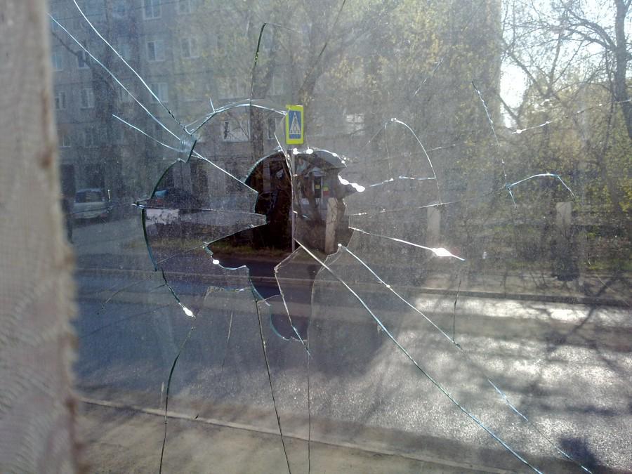 разбитое окно от рогатки фото поможет проиллюстрировать