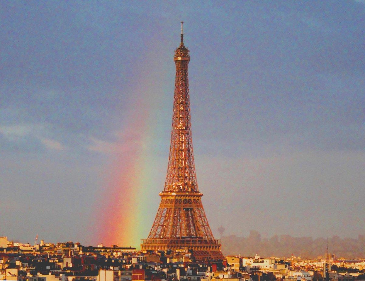 空模様が落ち着かない日はイイコトもあるものでして、夕刻エッフェル塔に虹。反対側のほうが色鮮やかでした。連休明けの皆様に幸運が訪れますように。 pic.twitter.com/6CeEWFvGxF