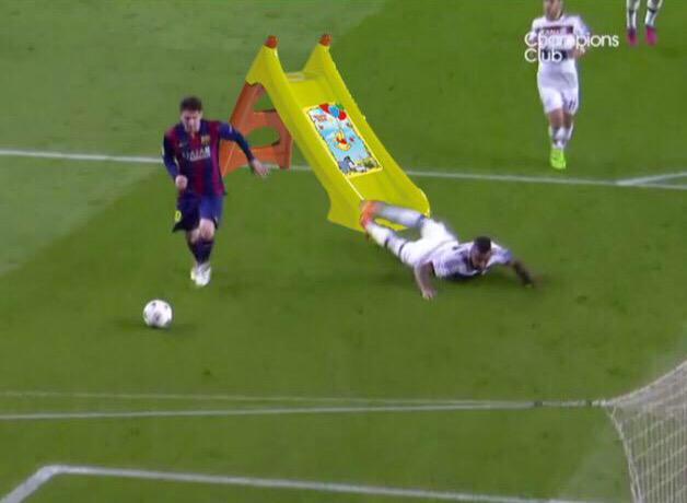Injuste mais drôle ce que prend Boateng mis dans le vent par #Messi. #JeSuisBoateng
