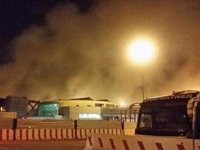 Incendio Fiumicino, aeroporto evacuato e voli sospesi (VIDEO)