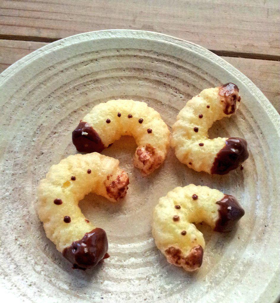 """カスタードクリーム味のキャラメルコーン売ってたので、ずっとやってみたかった""""幼虫""""作りました pic.twitter.com/Hm9IRAVboE"""