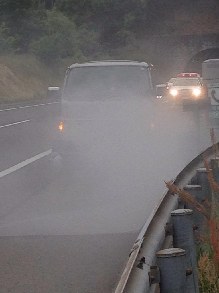 SAのガソリンスタンドでレギュラーを頼んだら軽油を入れられ、車が炎上中!これは危ない!現在消火活動中だ! pic.twitter.com/Aj6t81NK2n