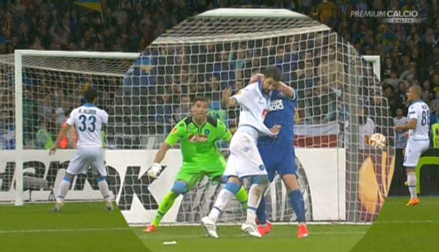La trattenuta di Seleznyov su Britos in occasione del gol: la rete era da annullare