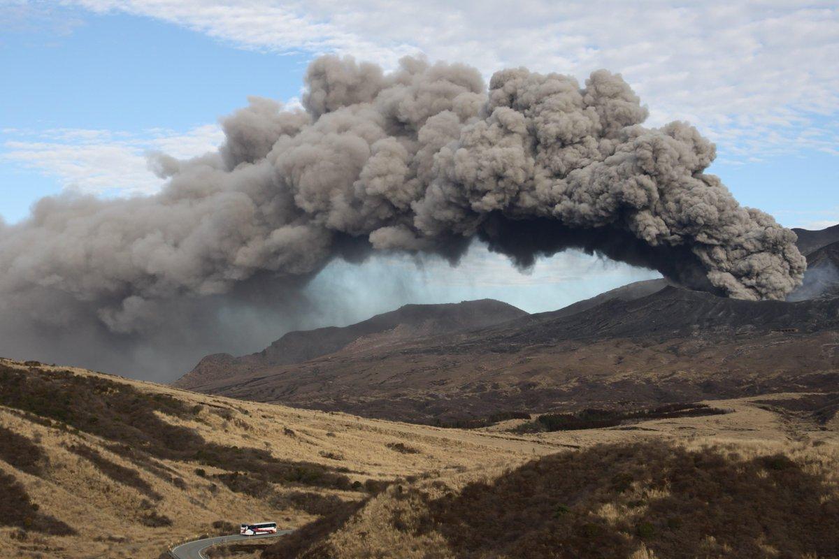 水蒸気噴火の兆候が見られ、噴火警戒レベル2が出ている箱根山が話題ですが、同じく噴火警戒レベル2が出され、絶賛マグマ噴火中の阿蘇山に向かう産交の路線バスをご覧ください。 pic.twitter.com/qfw56AXR70