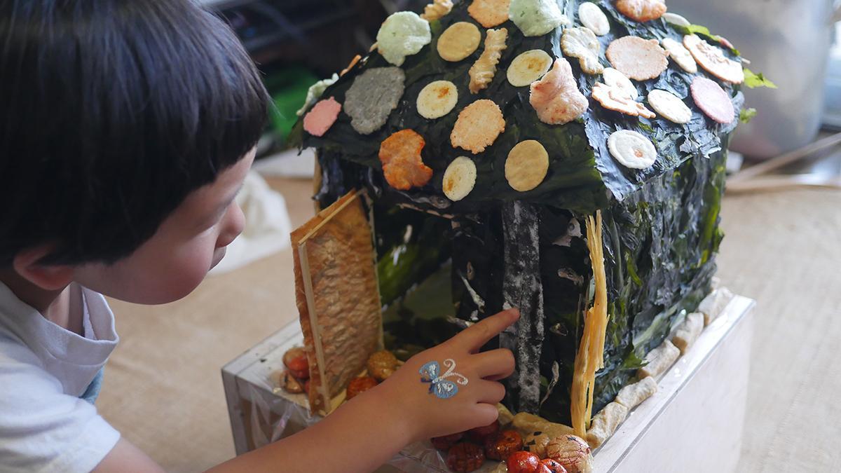 わかめでできたお菓子の家を見て娘の顔がくもりました http://t.co/zZIDCcxNC9 http://t.co/DaaRJHQRmC