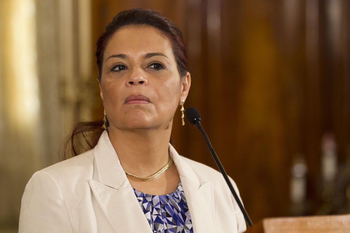 En un hecho histórico, pueblo de Guatemala logra que la Roxana Baldetti renuncie al cargo. | http://t.co/YHBw6YnFqx | http://t.co/a2FURvLL97