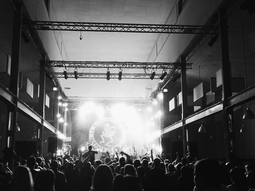 El público de #valladolid bailando con @estoesLaMODA @ConexionVa http://t.co/2xsJXWYrmG