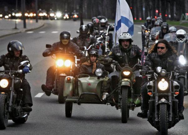 «Ночные волки» поехали к Рейхстагу с красным флагом http://t.co/O6euuBVyth http://t.co/IeC4MfIAAS