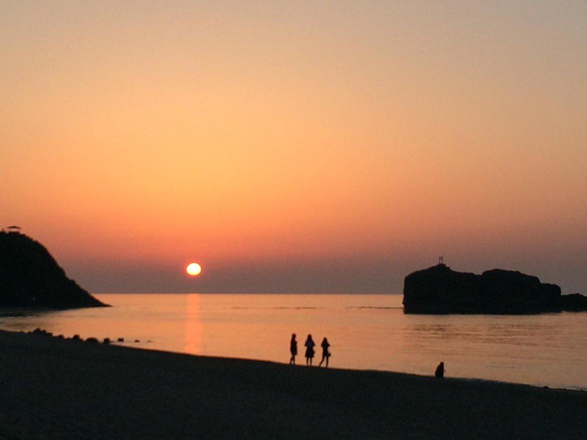 白兎海岸の夕日。  きれいだ…。 http://t.co/qmeyl5unOg http://t.co/QgOliino5T