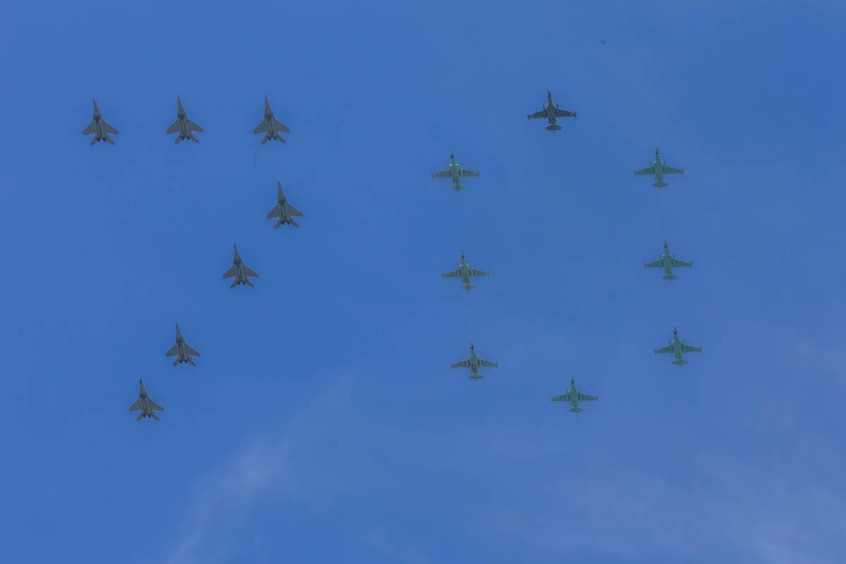 青空に「フロ」がよく映えます。#戦勝記念パレード http://t.co/NlkeQJny7O