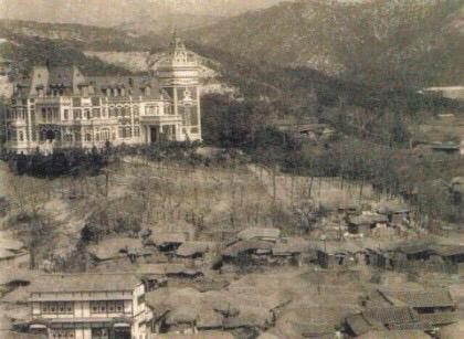 윤덕영이 친일을 해서 얼마나 어마어마한 집을 지어 살았느냐면, 사진에 성(?)같은게 그 사람 집. 그 아래 보이는 민가들은 죄다 초가집. 아래 왼쪽 건물이  별장이었으며 현재 박노수 미술관. http://t.co/oHrHm5Mplg