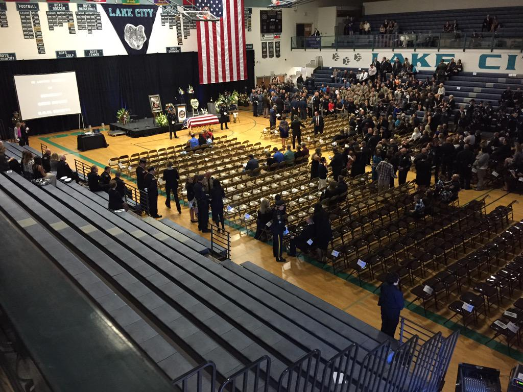 People are filing in. #SgtMoore memorial service begins in about 45 minutes. 10 am Pacific. http://t.co/CeNnDDZGmb