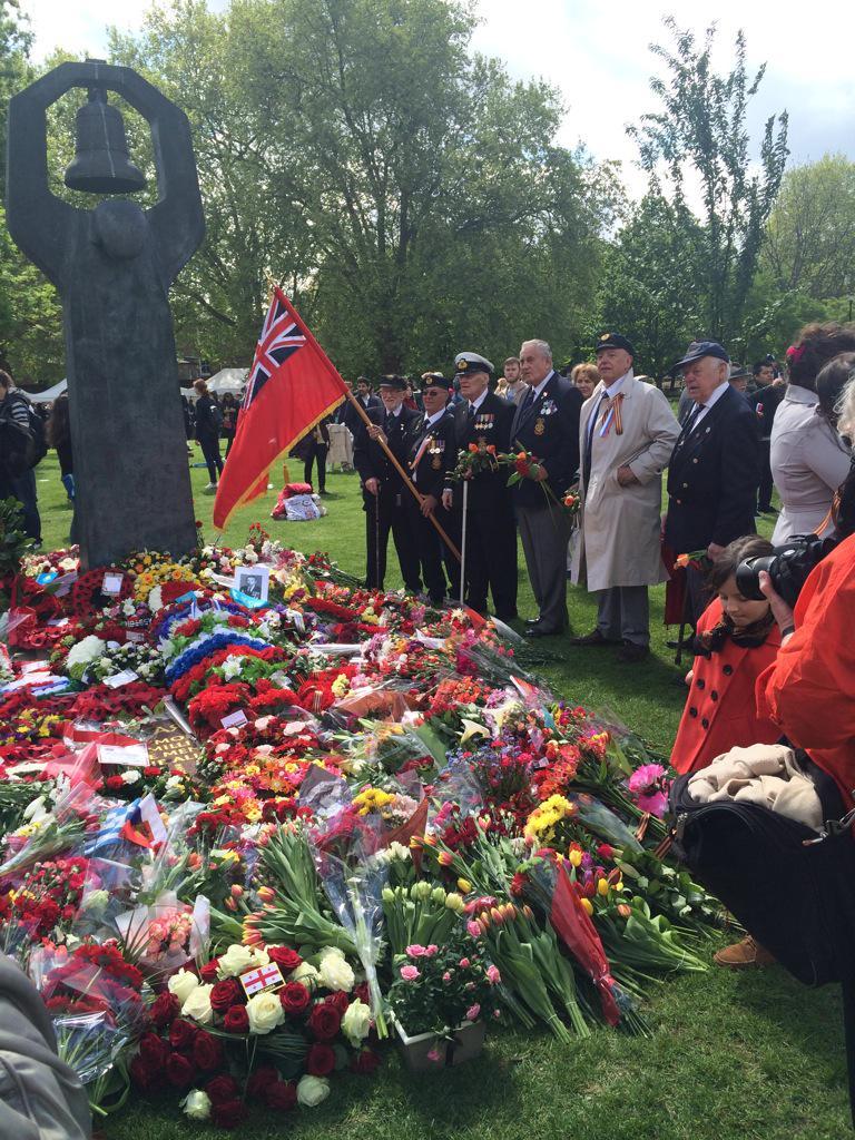 Наша общая Победа: британские ветераны у Советского военного мемориала в Лондоне #Pobeda70UK http://t.co/xw8j5cAlWF