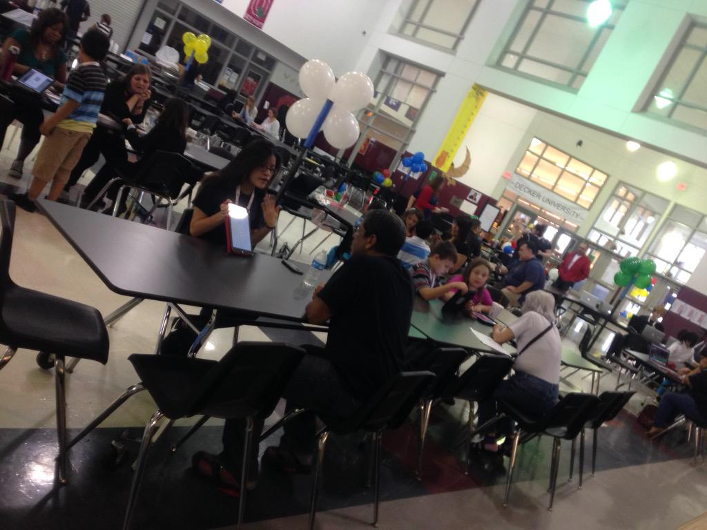 #Playdate15 apps speed dating in action! Teachers rushed to new tools and new seats #ManorISD http://t.co/uhEV4NH1AW