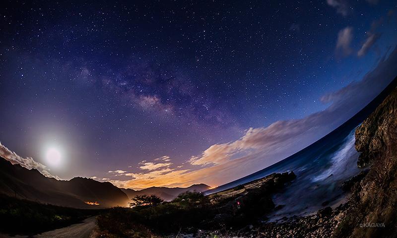 月夜のオアフ島。波の音、心地よい風。気持ちのいい夜です。(さきほど撮影) pic.twitter.com/vGWNGesGcL