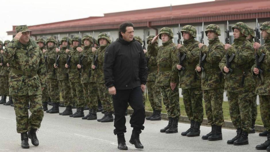 Zamisli poniženje oficira pa i vojnika srpske vojske da salutiraju ovoj spodobi? Ili da žandari salutiraju slinavom? http://t.co/HyCFmxUEgt