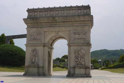【フランス】ノートルダム寺院 ノートルダムの敷地は、ローマ時代にはユピテル神域であったが、ローマ崩壊後、キリスト教徒はこの地にバシリカを建設した。https://t.co/krhIOKFLdK