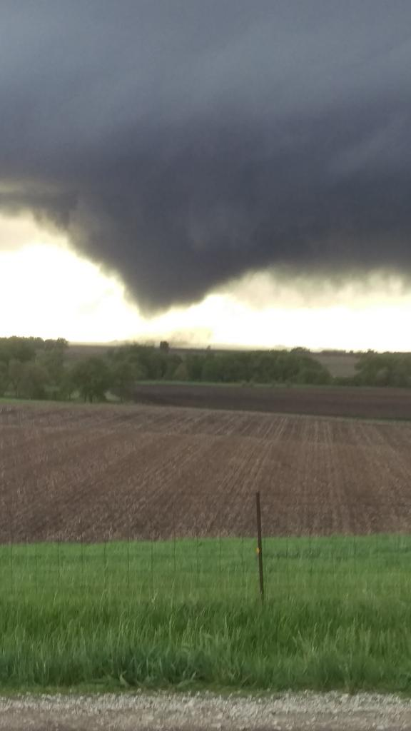 Tornado heading towards lake city iowa!  Multi vortex! ,@NWSDesMoines @weatherchannel http://t.co/2b27dtgkMn