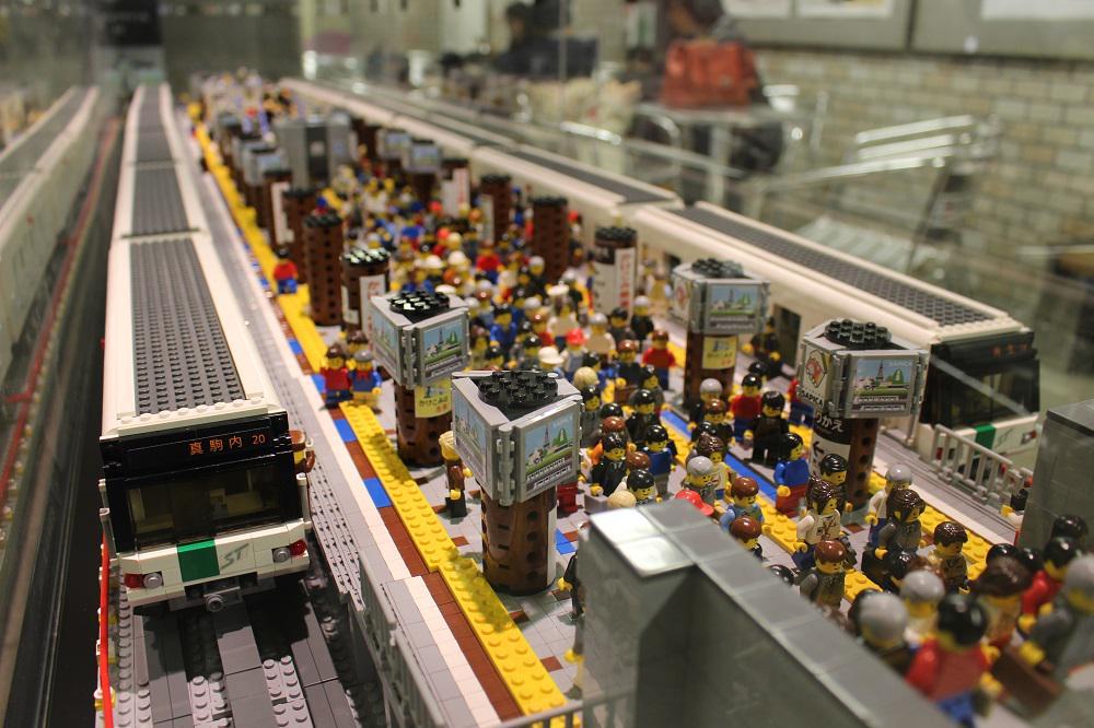 札幌地下鉄の大通駅にあるレゴ模型。細部までよく作られている。ただ、何がリアルかって、その混雑具合だと思う。 http://t.co/XqGg6QCwP2
