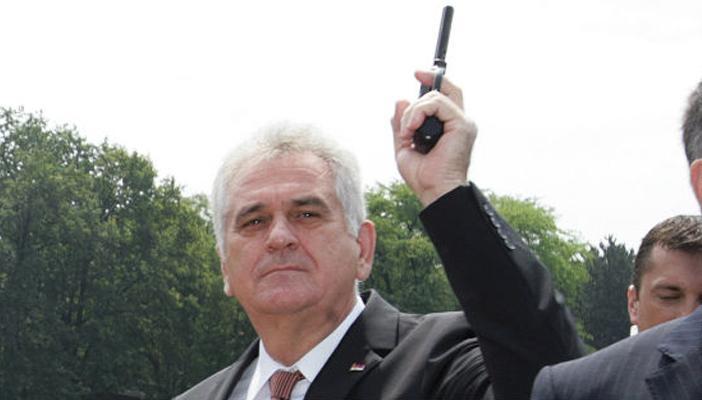Kada su već počele provere da se proveri svi vlasnici oružja i da vidimo oružne listove, ovaj je nezgodan kada popije http://t.co/F7KcQrQdg5