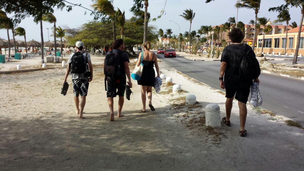 Nuestros bloggers argentinos @PViajeros,  @danidini, @WenceslaoB y @morrissey paseando por Eagle Beach en su #ArubaBT http://t.co/xYD5yDcZt4