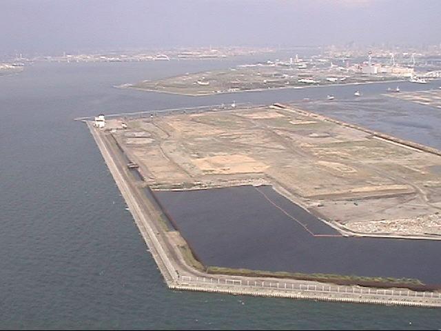 大阪都構想の二重行政の嘘とか大阪に二重行政なんかないと言う人がいるけど、夢洲って知ってるのかな。大阪府と大阪市が喧嘩してるせいで、こんな広大な土地が今も空き地のまま放置されてる。本気でやり方を変えないと、あとは座して死を待つのみだよ。 http://t.co/MQ3GJsgnMU