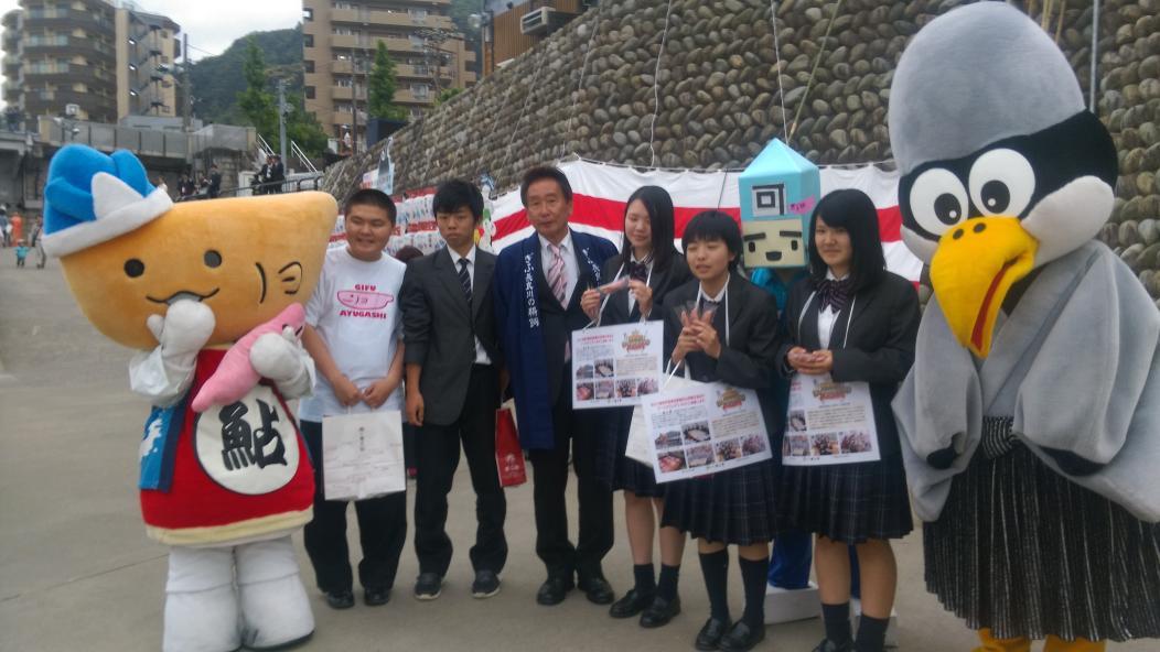 細江市長と聖徳学園のみんなと鵜飼開きを盛り上げてるよぉ~(* ´ ▽ ` *)今日は大盤振る舞い!ピンクの鮎菓子をプレゼントしてるよ~♪ http://t.co/5t5Qdg7Kzj