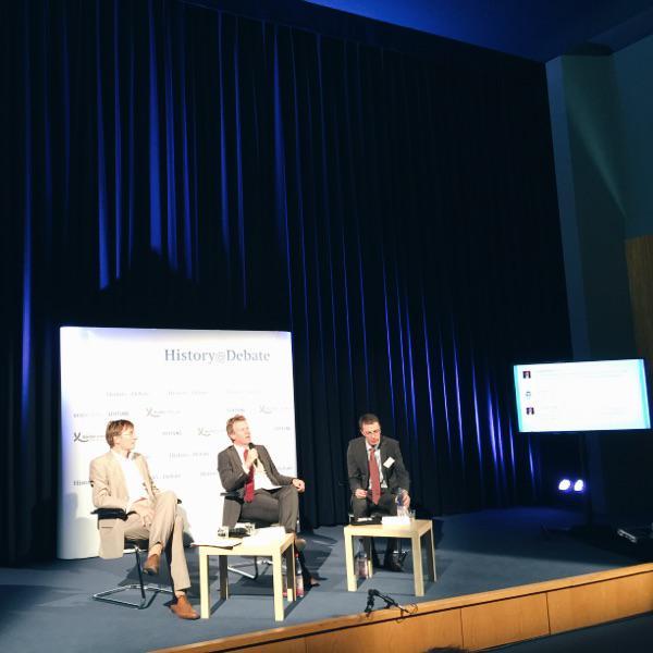 """FrankBösch grüßt die """"Gäste zu Hause an den Bildschirmen"""" Wie hat sich derBlick auf den 8.5 verändert? #historydebate http://t.co/GPdlmiCwsG"""