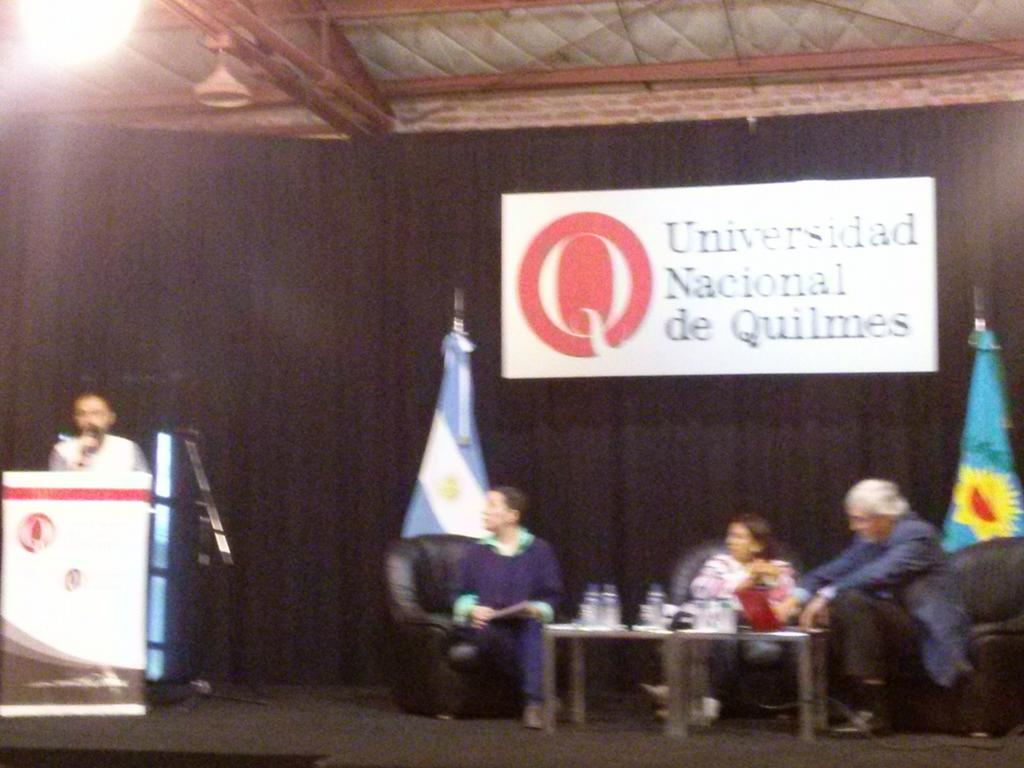 En el Seminario sobre Mooc en @UNQoficial c/ @alehgonzalez @UnCampi Escuchando a  @ChanMariaElena http://t.co/H0hmRmmjGC