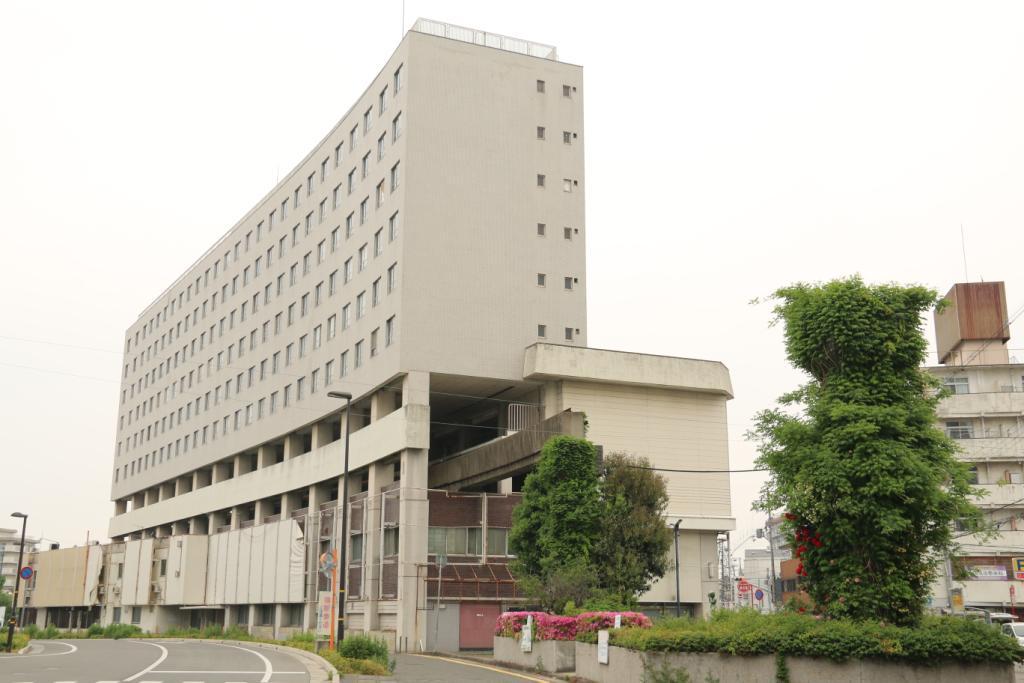 姫路と手柄山の間にあった大将軍駅です。ビルの中を通り抜ける斬新なアイディアでしたが、姫路駅まで500mとあって利用はふるわず2年で休止。今は下の店舗も、上の高尾アパートもすべて退去したようです。近く取り壊しとのこと #鉄道 #姫路 http://t.co/tfKxFt7RFU