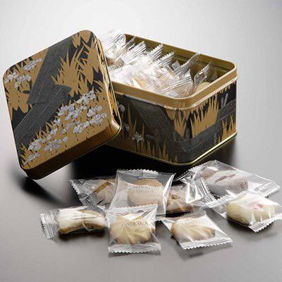 東京国立博物館のミュージアムショップで購入できる八橋蒔絵螺鈿硯箱の形をした缶入りクッキーがオカン受け最高です、全国のオカンが大好きな「クッキーの缶」と国宝の夢のコラボレーションです http://t.co/GmX3phjo5X http://t.co/ERYbnfE1Ej