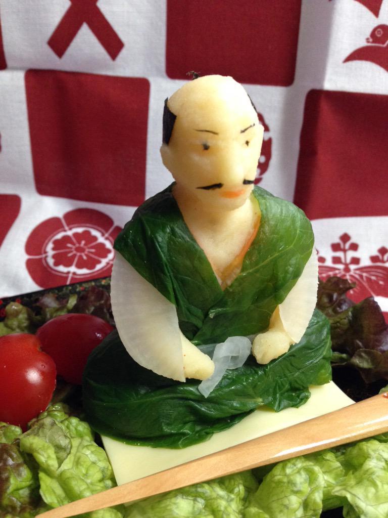 お誕生日ケーキならぬお誕生日ポテト…です……。野菜もたっぷり召し上がってください。こちらの殿フィギュアの材料は新じゃが芋、海苔、人参、大根、ほうれん草、芋をまとめるための生クリームです。 pic.twitter.com/Zce2gtMo0q